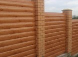 Забор из горизонтального профнастила под бревно