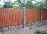 Забор из профнастила под дерево / камень