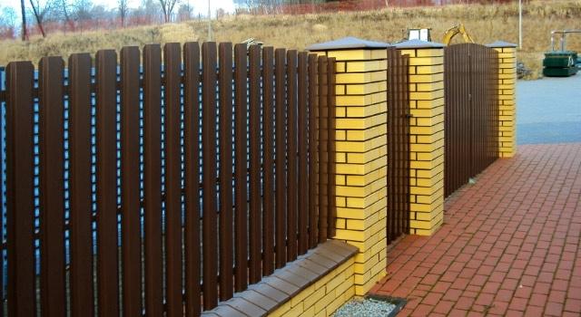 металлический забор из евроштакетника со столбами из кирпича