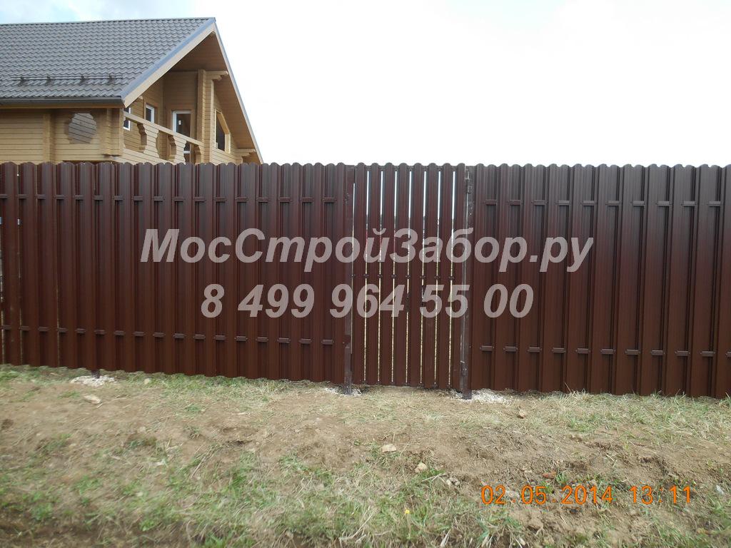 zabor-iz-metalloshtaketnika-v-shahmatnom-poryadke-foto