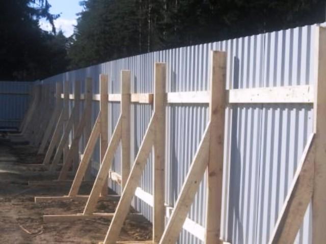 Временный забор на участке фото