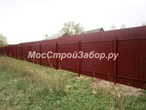 Забор из двухстороннего бордового профнастила